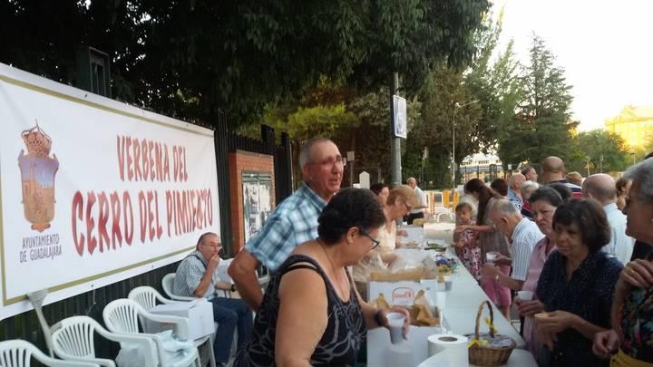 La tradicional verbena popular del Cerro del Pimiento congregó el sábado a numeroso público