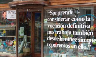 La instalación en escaparates comerciales de vinilos con frases alusivas de Buero Vallejo está teniendo gran impacto