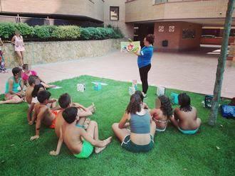 La bibliopiscina anima a la lectura en verano a los bañistas de ocho urbanizaciones de Valdeluz