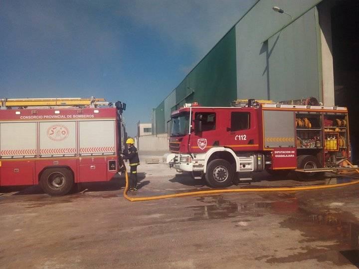 Evacuados los trabajadores de una nave incendiada en el polígono de Chiloeches