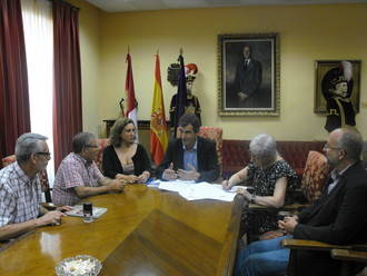 El Ayuntamiento de Guadalajara firma convenios con Cruz Roja y Cáritas para la atención a mayores que viven solos