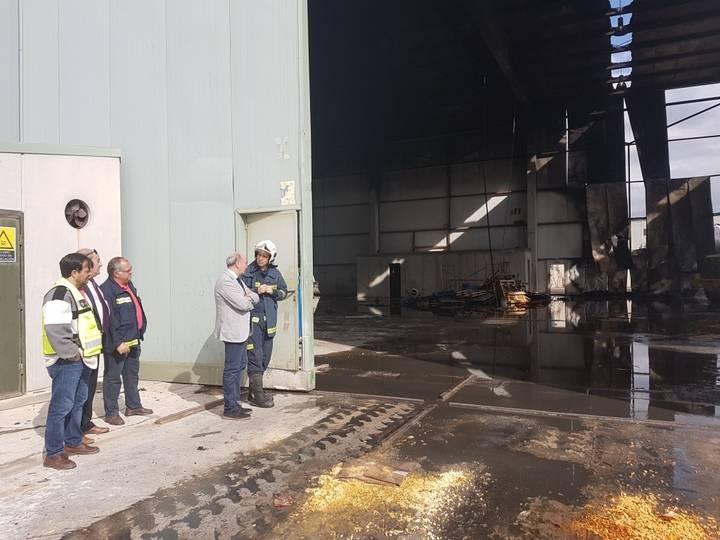 El presidente de la Diputación se interesa por los trabajos de extinción del nuevo incendio en una nave del polígono de Chiloeches