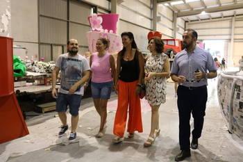 Ciudadanos conoce de cerca el trabajo de las carrozas de Azuqueca