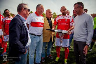 Fútbol para nostálgicos y reencuentro de amigos en el estreno del campo municipal de Valdeluz