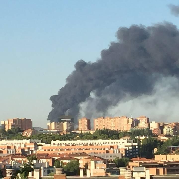 Una columna de humo negro visible desde Guadalajara delata un importante incendio en la planta de reciclaje de Chiloeches