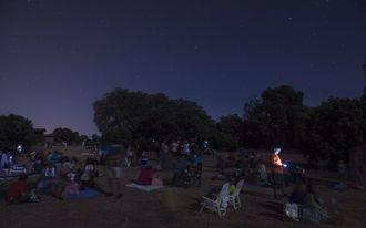 Más de 400 personas responden al llamamiento de AstroYebes para ver las Perseidas desde Valdenazar