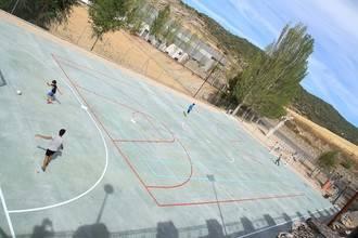 Nuevo pavimento para la pista polideportiva de Pareja