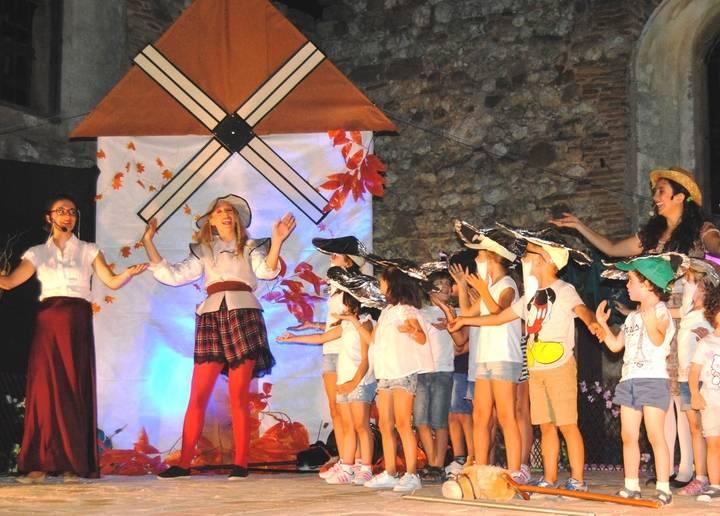 Más de 200 personas asisten en Hita a la representación teatral 'Quiero ser Quijote'