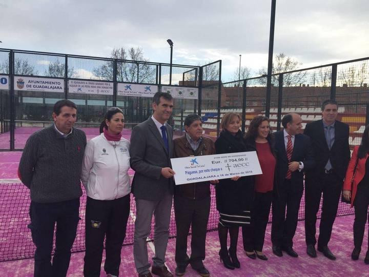 Los 3.000 euros recaudados con las dos pistas rosas de la Ciudad de la Raqueta se entregarán a la AECC