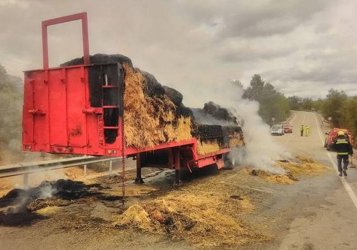 Cortan una carretera en Durón por el incendio de un remolque de paja