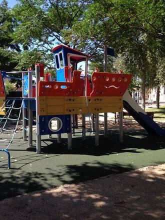 El Ayuntamiento de Guadalajara instala nuevos juegos infantiles en Valdenoches y limpia su arroyo